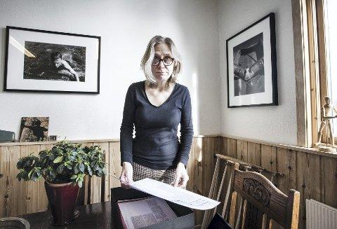 Samler inn: May-Irene Vassås samler inn bilder om Oslo Forsøksgymnas til ny praktbok. begge foto: alexander svanberg