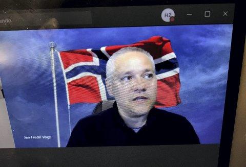 Med flagget til topps: Jan Fredrik Vogt (FrP) smilte godt fra sitt hjemmekontor. Foto: Pål Nordby