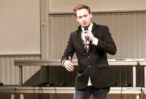 Konferansier: Ole Tobias Johansen loset publikum gjennom programmet.