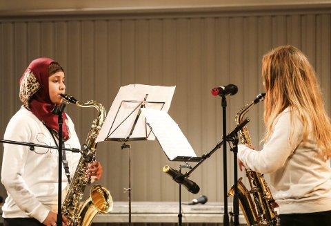 Klassisk musikk: Jentene Karima og Marthe valgte å spille klassisk musikk av Mozart.