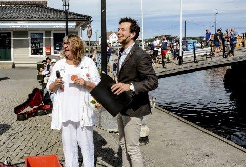 Applaus: Festivalleder Anlaug Lia og Karl Holte Aarø etter åpningstalen som ble varmt mottatt.
