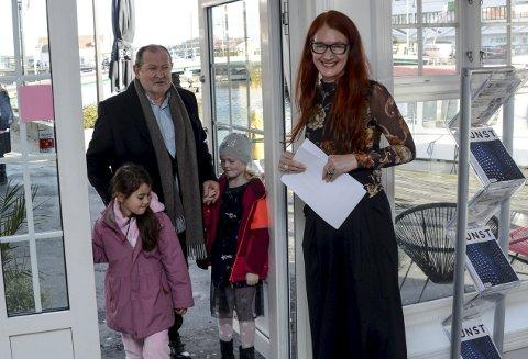Inn: Med barnebarna Olivia og Helene blir Thorvald Lund Hansen tatt imot av Tonje Buer i Fineart.