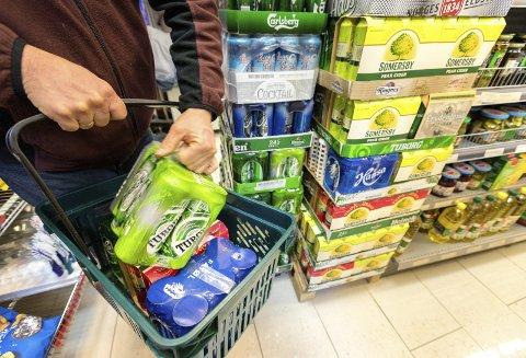 Innkjøp: Å handle øl på butikken er en smal sak – så lenge du husker åpningstidene for ølsalget.Illustrasjonsfoto: Gorm Kallestad/NTB scanpix