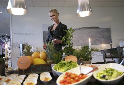 STOR INNFLYTELSE: Gunhild Stordalen åpner Eat-konferansen i neste uke. Etterpå  drar hun til Amsterdam for ny cellegiftkur. Her er hun avbildet på  Clarion Sign hotel med matvarer hun mener alle bør spise mer av for å bli mer miljøvennlige og samtidig få bedre helse. Foto: Vidar Ruud / NTB scanpix