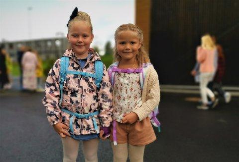 SPENTE: Venninnene Linnea Bakken (6) og  Noomi Auroa Garcia Hansen (6) gledet seg til å ta i bruk den nye skolen. De to kjenner hverandre allerede fra barnehagen og er gode venninner.