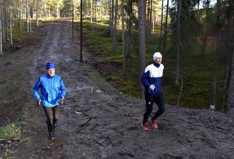 Jørgen Schia (t.h.) og Aslak Haugo i den nye delen av av lysløypa på Gamlegrendåsen. Det må nevnes at bakken bak dem er brattere enn det virker på dette bildet.