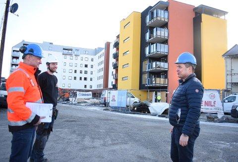 Her er PK-sjef Are Bråthen med byggelederne Håvard Hegna (t.v.) og Eivind Aufles med S9-bygget i bakgrunnen.