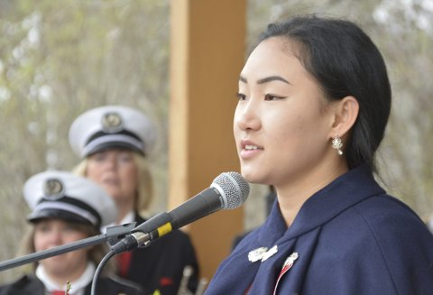 Taler: Dina Solbakken holdt tale, og minnet oss på hvor godt vi har det i Norge.FOto: Geir Inge Winther