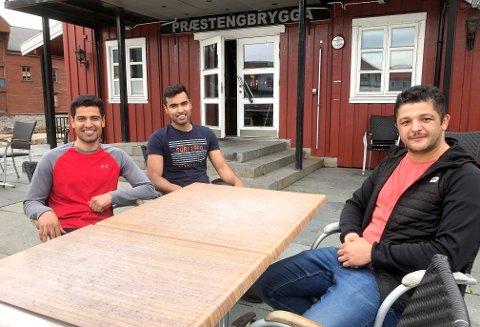 KLARE TIL DRIFT: Ali Kahn (t.v.), Hayat Kahn og Bulent Celik gleder seg til å åpne dørene på Præstengbrygga i Kabelvåg.