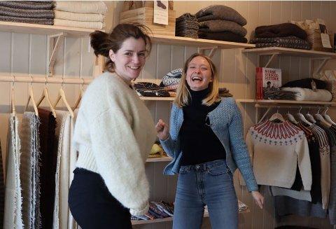 Fra butikken i Henningsvær: Butikksjef Nelly Bye til høyre og administrativ leder i Lofoten Wool,  Solveig Elton Jacobsen.