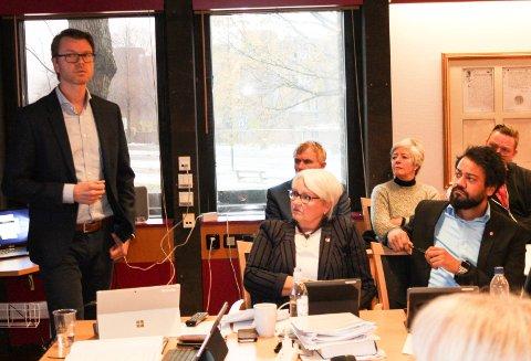 HØYSPENT: Kommuneoverlege Kristian Krogshus orienterte rådmann Bente Hedum, Shakeel Rehman (Ap) og resten av Moss formannskap om Nøkkeland skole.
