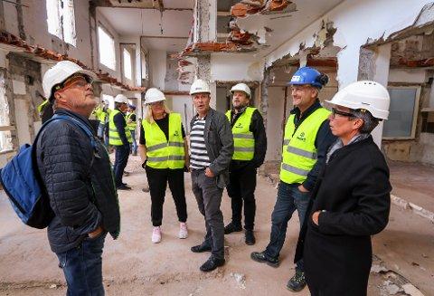 BEFARING: Daglig leder Bengt Olimb i MK Eiendom orienterer formannskapsmedlemmene. Fra venstre: Tomas Colin Archer (Ap), Sissel Rundblad (H), Olimb, Sindre Westerlund Mork (V), anleggsleder Thomas Thorkildsen og ordfører Hanne Tollerud.