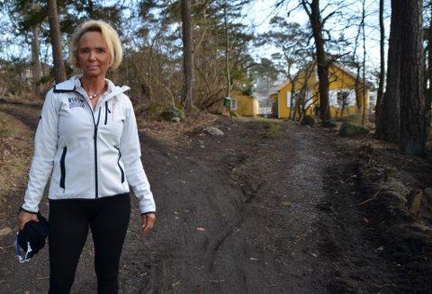 URETTFERDIG: Birgitte C. Huitfeldt mener den høye regningen for kommunale avgifter er urettferdig. Nå kutter kommunen brøytingen.