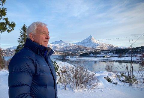 HEILHORNETS BLIKKFANG: Det er flere tiår siden Torbjørn Gjengaar flyttet til Nordhorsfjord. Utsikten til naturskjønne Heilhornet var en av årsakene. Nå er han lei seg for at et planlagt oppdrettsanlegg i fjærasteinene vil ta fokuset bort fra den flotte naturen.