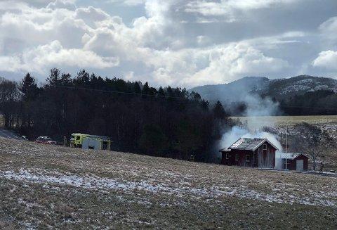 TRENING: Onsdag gjennomfører brannvesenet ei brannøvelse på Jøa, og det ligger dermed ingen dramatikk bak brannen mange har observert i løpet av dagen.