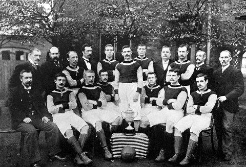 Aston Villa-laget som fant FA-cupen i 1895 poserer sammen med det mye omtalte trofeet.
