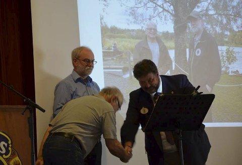 ØSTENSJØVANNETS VENNER: Distriktsguvernør Bjørn Zarbell deler ut «Medal og Merit» til Amund Kveim (bak) og Finn Gulbrandsen i Østensjøvannets Venner.