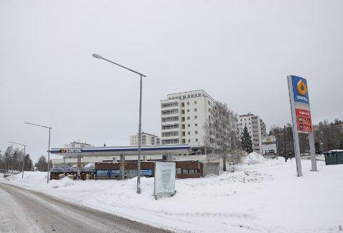 LÅVEVEIEN 70: Bensinstasjonen på Skøyenåsen ønskes revet til fordel for et nytt boligprosjekt med dagligvarebutikk og kafé.