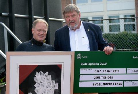 PRISVINNER: Leder av bydelsutvalget Arve Edvardsen delte ut prisen på 10 000 kroner og et bilde til Jens Treider.