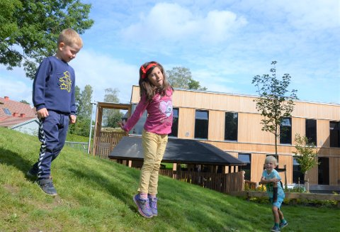 MAUR I RUMPA: I den nye barnehagen på Munkerud er det god boltreplass for barn fulle av energi. Fra venstre: Albert, Nerea og Ludvik.