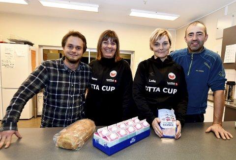 Fv Steinar Mæhlum, Hanne Turmo, Laila Lerhaugen og Amund Haugen sørger for mat til sultne cupdeltakere.