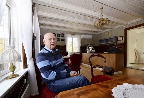 Renovert: Helge Bergnord fortel at førsteetasjen vart restaurert til Landskappleiken i Vågå i 2016. Nå er også andreetasjen restaurert.