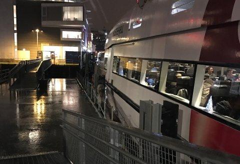 FORSINKET: Hurtigbåten til Harstad skulle gått fra Tromsø 16.15 torsdag. En time seinere ligger den fortsatt til kais.
