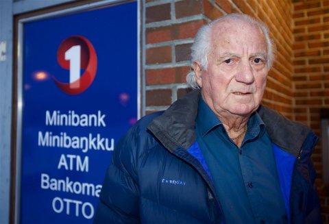 Ragvald Myrvang (85) mener sparebankens prispolitikk rammer de eldre unødig hardt. Foto: Ola Solvang
