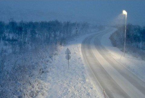 FØRSTE SNØFALLET: En kaldfront beveger seg nordover mot Troms mandag. Slik så det ut på Saltfjellet i Nordland mandag morgen. Skal du på fjellet, må du vurdere vinterdekk, sier politiet i Troms.