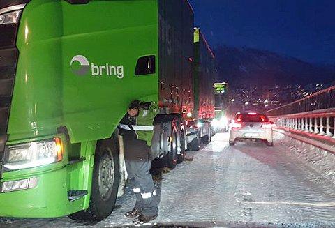 FIKK STOPP: Et vogntog fra Bring fikk stopp på Tromsøbrua tirsdag morgen.