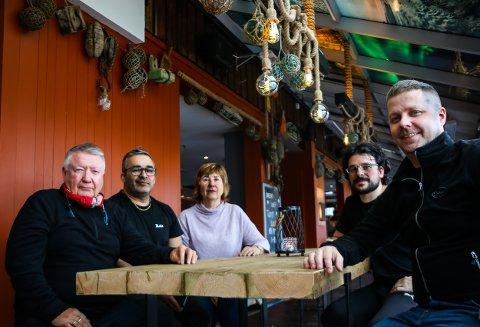 FORNØYD: Både eier og de ansatter er svært fornøyd med å være åpen igjen. På bildet f.v.: Bjarne Michaelsen (eier, Richard Bellika (daglig leder), Linda Michaelsen, Javi Costas (kjøkkensjef) og Rune Bræck (prosjektleder).