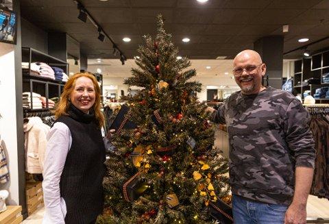 MAS: Mona Abelsen, og stylist Steinar Berg-Olsen poserer med juletreet.