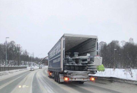 FARLIG LAST: Her sperrer traileren Tverrforbindelsen i Tromsø mandag morgen.