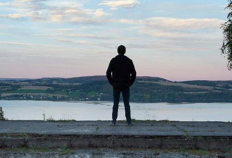 Hver femte innbygger i Gjøvik bor alene. Hver fjerde sier at de føler seg ensomme av og til.
