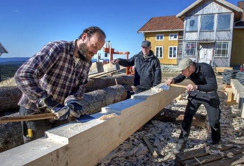 Kammdrager: Fra venstre Marius Holje og Erki Markson i full sving med å telje til tennene på kammdrageren. Kursleder Hans Høgnes følger med i arbeidet.FOTO: BRYNJAR EIDSTUEN