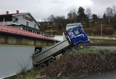 Lastebilen ble stående med bakenden inne i treslastlageret til XL Bygg Toten Tre etter å ha trillet førerløs ned en bratt skråning.