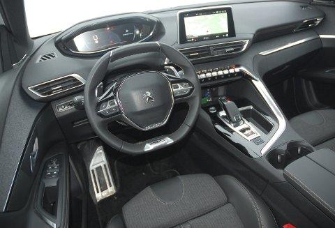 ENORMT STILIG: En Ferrari? Neida, familiebilen 5008 fra Peugeot.FOTO: ØYVIN SØRAA