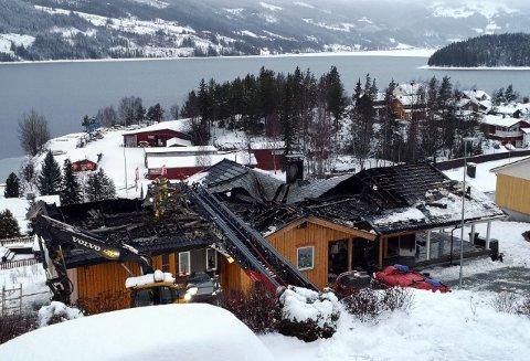 BRANN I ENEBOLIG: Dette huset i Moavegen i Fagernes er totalskadet etter brannen natt til søndag.