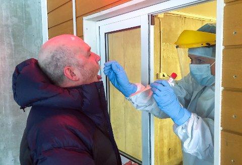 Ketil Heidenberg blir testet for koronavirus på Øverby mandag formiddag. - Det er tredje gang jeg gjør dette, sier Gjøvik Hockeys daglig leder.