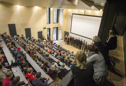 Varmet: Musikklinjen fra Follo folkehøyskole sang elevene fra første trinn inn i isblokken.                             Alle foto: Bjørn V. Sandness