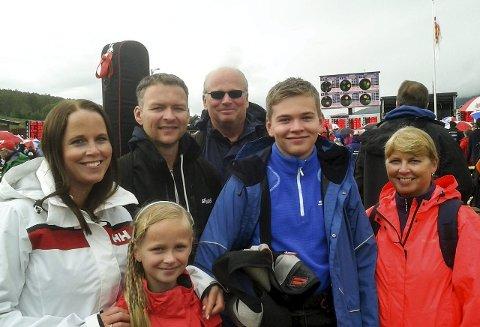 ENTUSIASTER: Fam. Heiaas på skytterarenaen: foran – Emma, de øvrige f.v. Torunn, Gard, morfar, Erlend og mormor.FOTO: Ivar Liseter