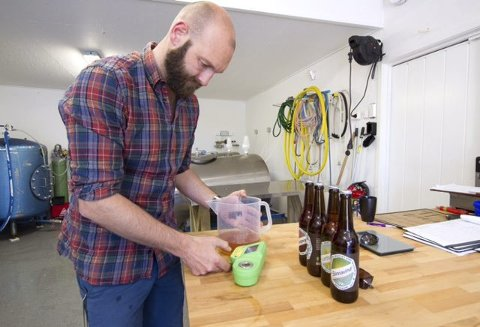 KONTROLL 2: Andreas Lydersen har god kontroll frem til ferdig øl.