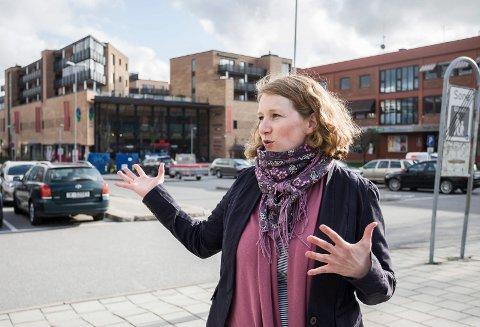 BEKYMRET: Ordfører i Ski, Tuva Moflag er bekymret for fremdriften med Follobane, Ski stasjon og den nye jernbanebroa.