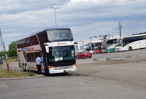 TATT PÅ FERSKEN: En bussjåfør urinerte på egen buss i busslommene på Ski stasjon