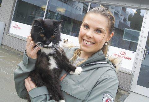 TO GODE VENNER: Adelheid Klinge Sveen fra Ås fikk kattepusen Pelle da han var åtte år. Nå har de to vært sammen i tykt og tynt i 13 år, og vi tar sjansen på å kalle Pelle Follos eldste katt.