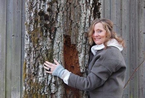 INSPIRASJON: - Skogen og naturen på Svartskog gir meg ro og inspirasjon, sier forfatteren Aasne Linnestå,. For tiden bor hun og mannen på Søndre Oppegård mens de venter på byggetittalese for huset noen hundre meter unna.