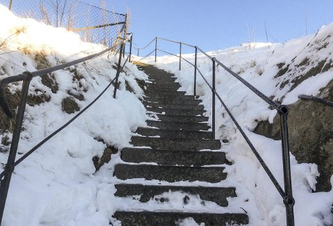 Bra: Nye rekkverk er på plass på trappa opp til Bøkkær'n. Foto: Terje Anthonsen
