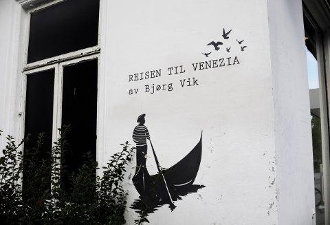 BOKHANDEL: Med byens forfatter på veggen.