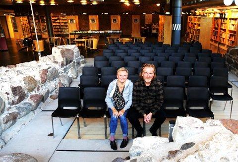 BOK- OG FORFATTERFEST: Aase Wivestad og Steinar Engeland ønsker velkommen til den 23. Litteraturuka i Vestfold mellom 4. og 10. november. Foto: Erik Munsterhjelm