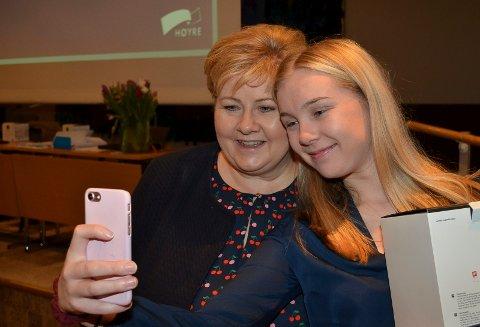 FORNUFTIG MOBILBRUK: Fylkestingskandidat Gjertrud Nordal (H) fra Innlandet, som her tar en selfie sammen med statsminister Erna Solberg (H), mener det er viktigere å lære elevene fornuftig mobilbruk enn å innføre mobilforbud i skolen . (Foto: Bjørn-Frode Løvlund)